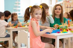 Nauczyciel sztuki z dziećmi w dziecinu fotografia stock