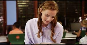 Nauczyciel używa cyfrową pastylkę w sala lekcyjnej zbiory wideo