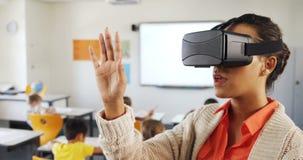 Nauczyciel używa rzeczywistości wirtualnej słuchawki i cyfrową pastylkę w sala lekcyjnej zbiory
