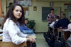 Nauczyciel uczy dzieci szkoła podstawowa obrazy stock