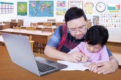 Nauczyciel uczy jego ucznia pisać Obraz Stock
