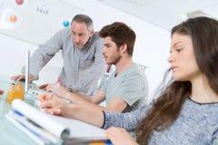 Nauczyciel w sala lekcyjnej z uczniami zdjęcie stock