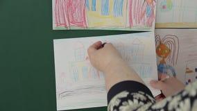 Nauczyciel wiesza rysunek zarząd szkoły zbiory