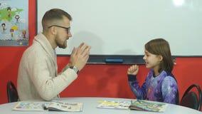 Nauczyciel wyjaśnia informację palce uczennica zbiory wideo
