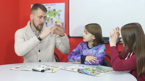 Nauczyciel wyjaśnia informację palce ucznie zbiory