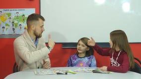 Nauczyciel wyjaśnia informację palce ucznie zdjęcie wideo