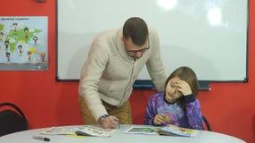 Nauczyciel wyjaśnia szkolnego szkolnego materiał zbiory