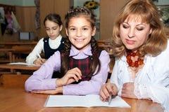 Nauczyciel wyjaśnia uczni zdjęcia stock