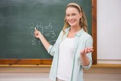 Nauczyciel wyjaśnia maths w blackboard Zdjęcia Stock