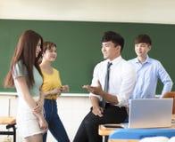 Nauczyciel z grup? studenci collegu w sala lekcyjnej obrazy royalty free