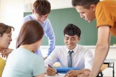 Nauczyciel z grup? studenci collegu w sala lekcyjnej obraz royalty free