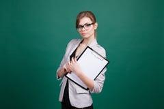Nauczyciel z papierami w zielonych deskach zdjęcie royalty free