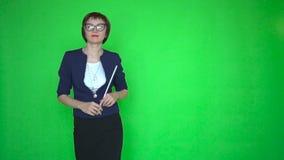 Nauczyciel z pointerem tanczy na zielonym parawanowym tle zdjęcie wideo