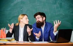 Nauczyciela dyrektor decyduje czego wchodzi? do szko?y p?atnej Przeprowadza? wywiad enrollee Intymna elita szko?a Szko?y wy?szej  zdjęcia stock