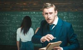 Nauczyciela mężczyzna używa szkła straszył w szoku, wyrażający panikę i strach przy salą lekcyjną obraz stock