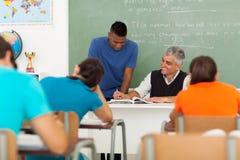 Nauczyciela pomaga uczeń zdjęcie stock