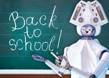 Nauczyciela robot z sztuczną inteligencją w szkolnej klasy blackboard obraz royalty free