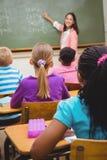Nauczyciela writing na blackboard Zdjęcia Stock