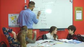 Nauczyciela writing na desce w szkoły podstawowej klasie zbiory wideo