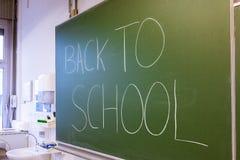 Nauczyciela Writing na Zielonego Chalkboard profesora Uniwersyteckim bielu C Obrazy Stock