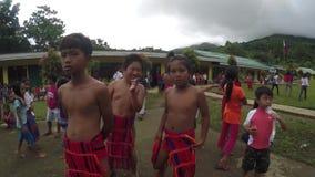 Nauczyciele i ucznie tanczy Rodzimego Ifugao Tanczą w szkolnej otwartego sądu ziemi zdjęcie wideo
