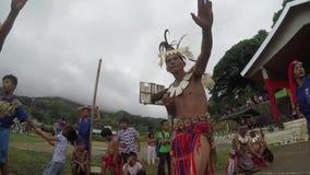 Nauczyciele i ucznie tanczy Rodzimego Ifugao Tanczą w szkolnej otwartego sądu ziemi zbiory
