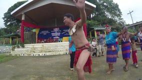 Nauczyciele i ucznie tanczy Rodzimego Ifugao Tanczą w szkolnej otwartego sądu ziemi zbiory wideo