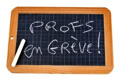 Nauczyciele pisze na na strajku uczą kogoś łupek obrazy stock