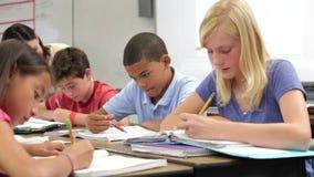Nauczycieli Pomaga ucznie W klasie zbiory
