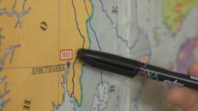 Nauczycieli przedstawień mapa Nauczyciel pokazuje miasto z pointerem na mapie zdjęcie wideo