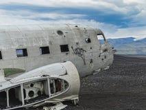 Naufrágio do avião deixado de funcionar na costa de Islândia imagem de stock royalty free