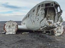Naufrágio do avião deixado de funcionar na costa de Islândia imagens de stock royalty free