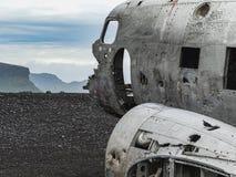 Naufrágio do avião deixado de funcionar na costa de Islândia foto de stock royalty free