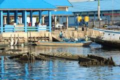 Naufrágio dos barcos no porto Imagens de Stock