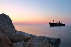Naufrágio e rochas no litoral em Costinesti, Romênia Foto de Stock Royalty Free