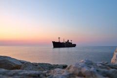 Naufrágio e rochas no litoral em Costinesti, Romênia Fotografia de Stock