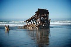 Naufrágio em ondas de oceano imagem de stock