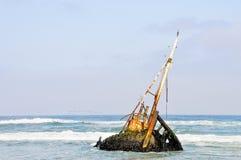 Naufrágio nas ondas rasas Fotos de Stock Royalty Free