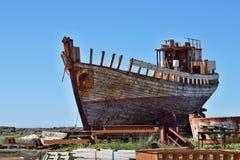 Naufrágio oxidado de madeira e do metal na doca seca islandêsa na cidade de Akranes como um símbolo da corrosão e da deterioração fotos de stock