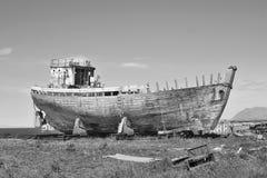 Naufrágio oxidado de madeira e do metal na doca seca islandêsa na cidade de Akranes como um símbolo da corrosão e da deterioração imagens de stock royalty free