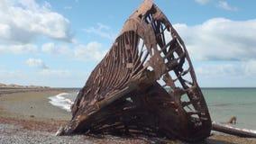 Naufrágio oxidado do naufrágio do navio de carga no oceano da praia em San Gregorio filme