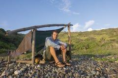 Naufrágio que senta-se no acampamento simples na luz da manhã Imagem de Stock Royalty Free