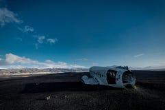 Naufrágio Solheimasandur Islândia do avião na praia preta da areia imagem de stock royalty free