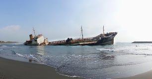 Naufrage d'un bateau-citerne diesel échoué photos libres de droits