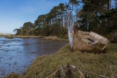 Naufrage de navire fondé péri à l'estuaire de mer Photographie stock libre de droits