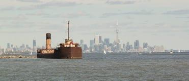 Naufrage et horizon de Toronto Images libres de droits