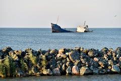 Naufrage industriel abandonné dans la mer Images libres de droits