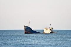 Naufrage industriel abandonné dans la mer Photographie stock libre de droits