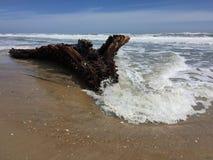 Naufrage sur une plage sablonneuse Image libre de droits