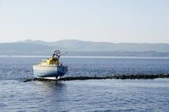 Naufraghi il crogiolo di nave marooned sulle rocce all'isola disabitata di regione isolata dell'acqua della costa di mare Fotografie Stock Libere da Diritti